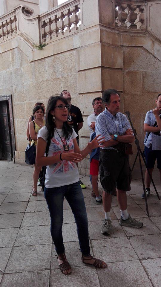 Foto con la guida turistica durante la sua attività