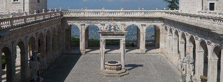 Spazio antistante l'abbazia di Montecassino con vista sulla vallata