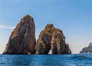 Vista frontale dei Faraglioni dell'isola di Capri