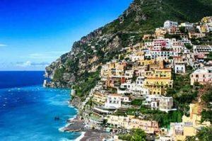 Veduta della Costiera Amalfitana con il mare a sinistra e le case colorate a destra
