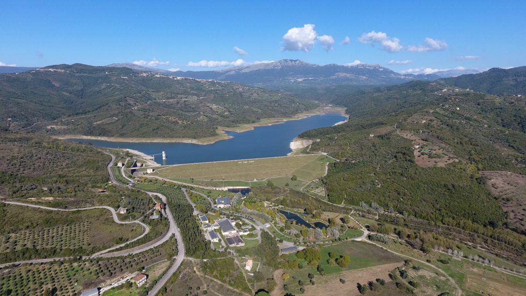 Veduta dall'alto dell'oasi fiume Alento con la diga