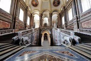 Scalone d'onore con due leoni all'ingresso della Reggia di Caserta